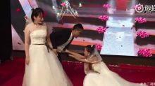 Mulher aparece no casamento do ex vestida de noiva e pedindo para voltar