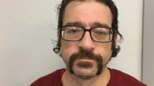 """El hombre que respondió a su propio anuncio de """"buscado"""" por la policía en Facebook y se hizo famoso"""
