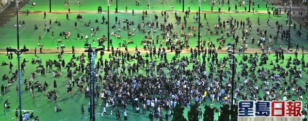 大批人在維園足球場悼念六四事件 有人叫港獨口號