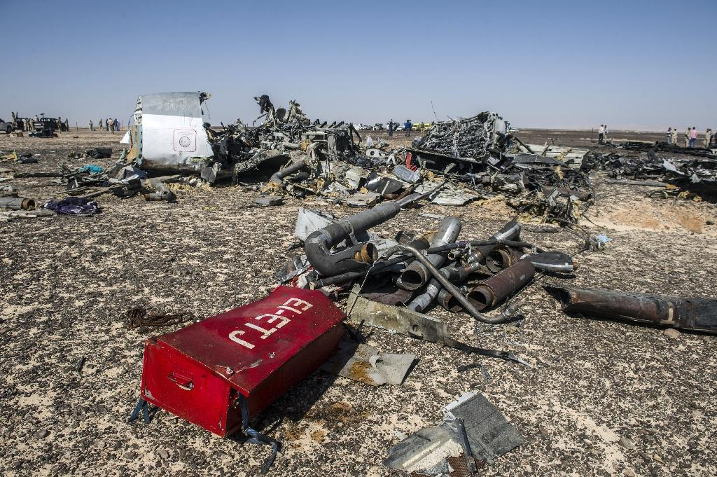 Debris from the crashed Russian airliner in Wadi al-Zolomat, in Egypt's Sinai Peninsula on November 1, 2015 (AFP Photo/Khaled Desouki)