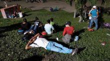 Caravana de migrantes centroamericanos se abre paso hacia EEUU