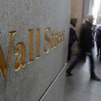 Wall St drops over 1.5 percent as global growth worries resurface