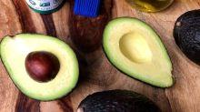Como guardar um abacate aberto sem que ele oxide?