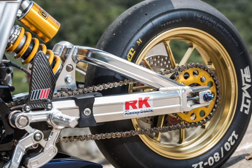 鋁合金後搖臂搭配OVER RACING 鍛造輪框,大幅提升外觀質感。