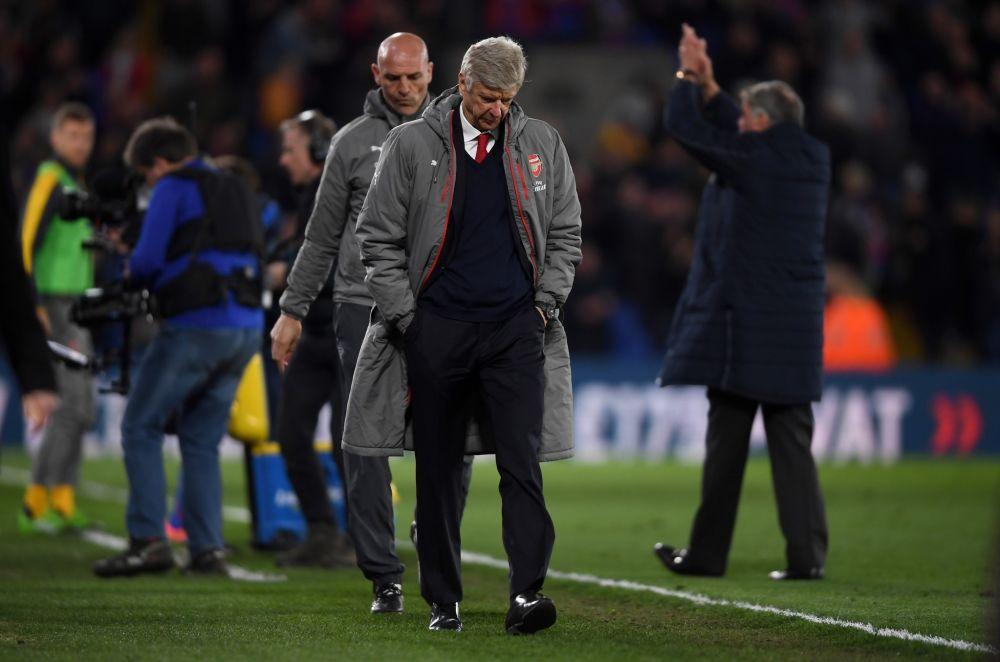 Arsene Wenger bows his head as he leaves the Selhurst Park pitch