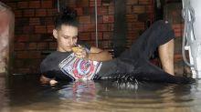 Vítima da enchente faz ensaio bem humorado na água