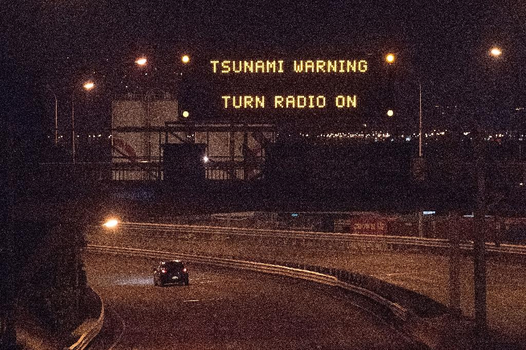 A tsunami warning alert above a highway in Wellington early on November 14, 2016 following an earthquake (AFP Photo/Marty Melville)