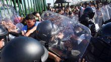 Migrantes ingresan a México tras enfrentamientos con fuerzas de seguridad