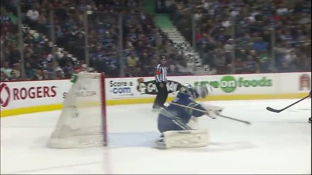 Roberto Luongo flashes the glove