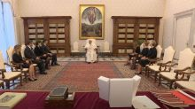 El comentario del papa Francisco que ha provocado una carcajada de Sánchez y su mujer
