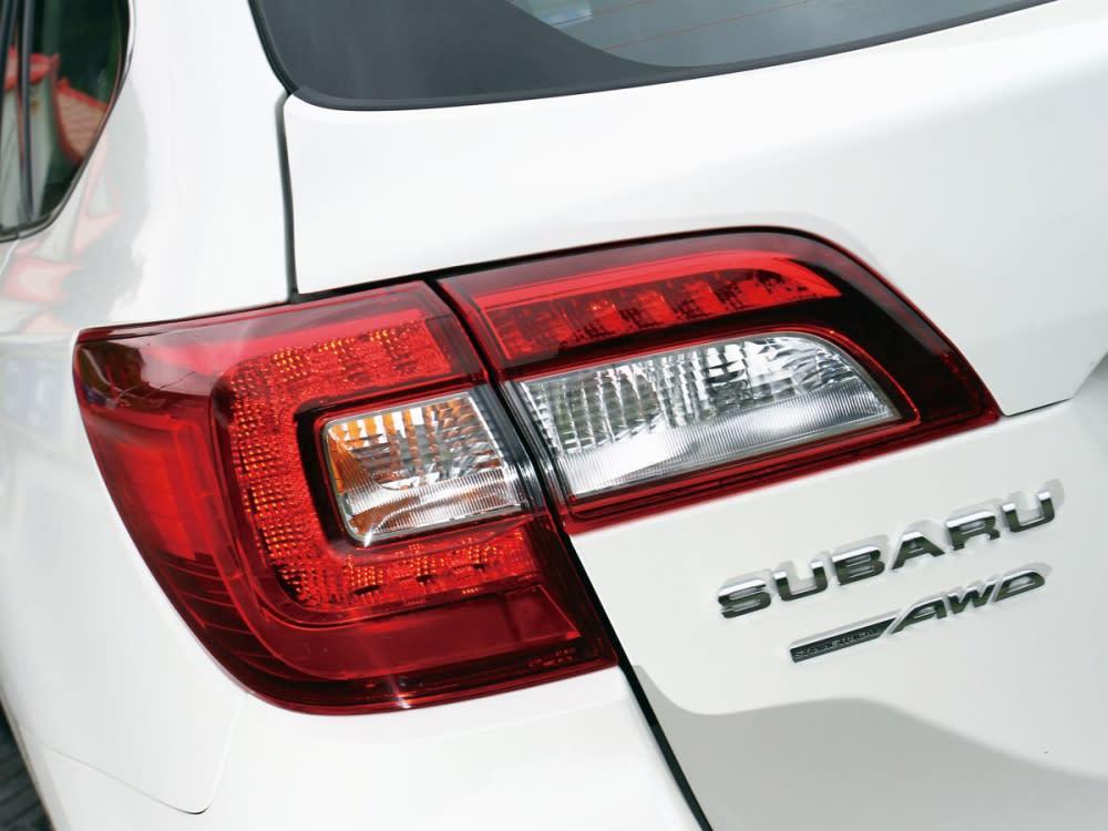 車尾以C型LED尾燈組加以潤飾,而使車尾形像具有高度辨識。