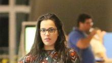 Ex-BBB Emilly encara paparazzi em shopping carioca
