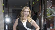 Kate Winslet con un ceñido look bicolor en París