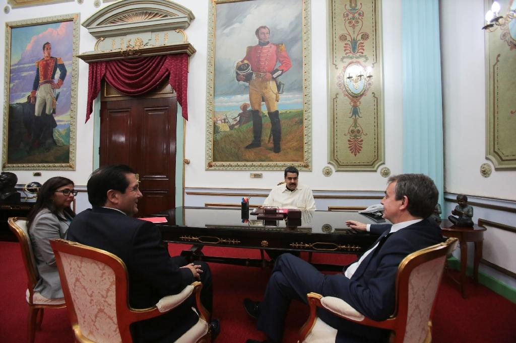 Venezuelan President Nicolas Maduro (C) meets with former Panamanian president Martin Torrijos (L) and former Spanish President Jose Luis Rodriguez Zapatero (R) at the Miraflores presidential palace in Caracas on May 18, 2016 (AFP Photo/Francisco Batista)