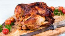Por qué nunca debes lavar el pollo crudo y cómo evitar que las bacterias se propaguen en tu cocina