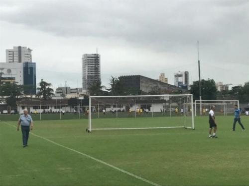 Em treino sem Renato e Oliveira, Modesto faz reunião com Dorival