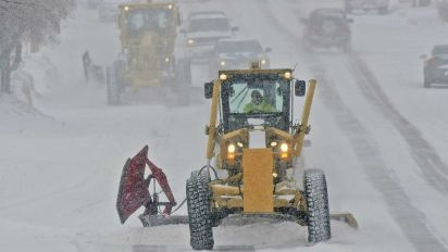 Heavy snow slams Midwest, causing travel chaos