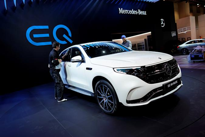 A man wipes down a Mercedes Benz EQC 400 4Matic electric vehicle at the Canadian International AutoShow in Toronto, Ontario, Canada, February 13, 2019.   REUTERS/Mark Blinch