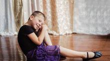 Fotógrafa faz ensaio tocante com o filho que adora usar vestidos