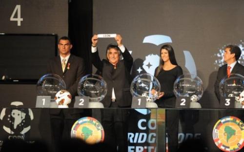 El exjugador peruano Percy Rojas muestra uno de los boletos del sorteo de la Copa Libertadores, el 21 de diciembre de 2012 en Luque (Paraguay).