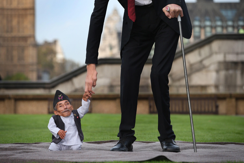 World's tallest man meets world's smallest man for ...