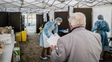 """""""C'est difficile de porter le masque toute la journée mais on n'a pas le choix"""" : la ville de Vénissieux, près de Lyon, renforce ses mesures contre le Covid-19"""
