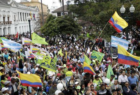 Supporters of Ecuador's President Rafael Correa gather outside the presidential palace as protesters were marching against Correa's government in Quito, Ecuador, July 2, 2015. REUTERS/Guillermo Granja