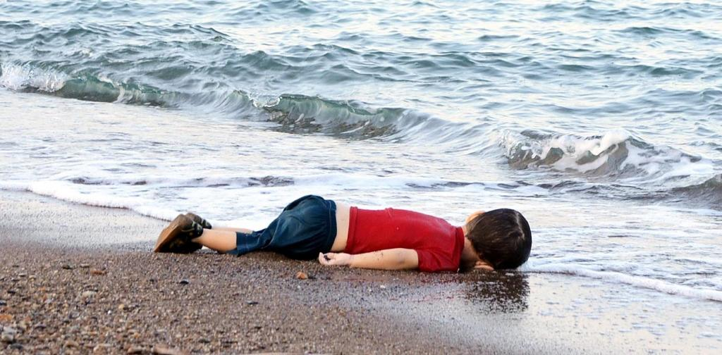 A migrant child's body lies on beach in Bodrum, southern Turkey, on September 2, 2015 (AFP Photo/Nilufer Demir)
