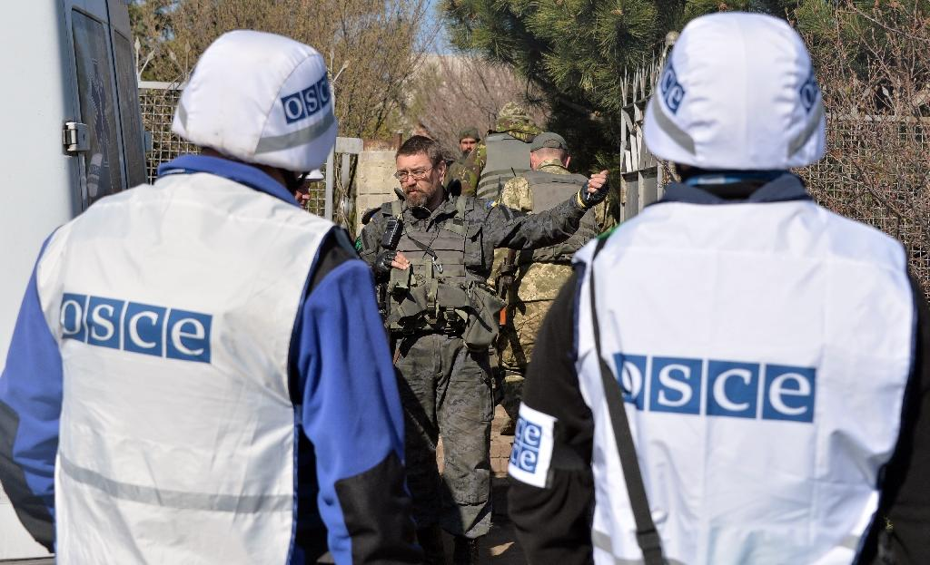 Monitors of the OSCE Special Monitoring Mission to Ukraine speak to a Ukrainian serviceman in the village of Berdyanske, some 4 kms west from the village of Shirokine on April 15, 2015 on the outskirts of the strategic port city of Mariupol (AFP Photo/Genya Savilov)