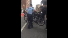 Trump-Marsch: Polizist schubst Gegendemonstranten