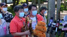 阿中部長遊台南 穿花襯衫啖美食餵長頸鹿
