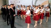 國慶大會防疫戴口罩 親善服務團練眼睛微笑