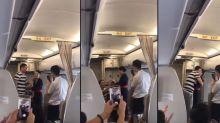 Hostess riceve proposta di matrimonio in volo, ma la compagnia aerea la licenzia