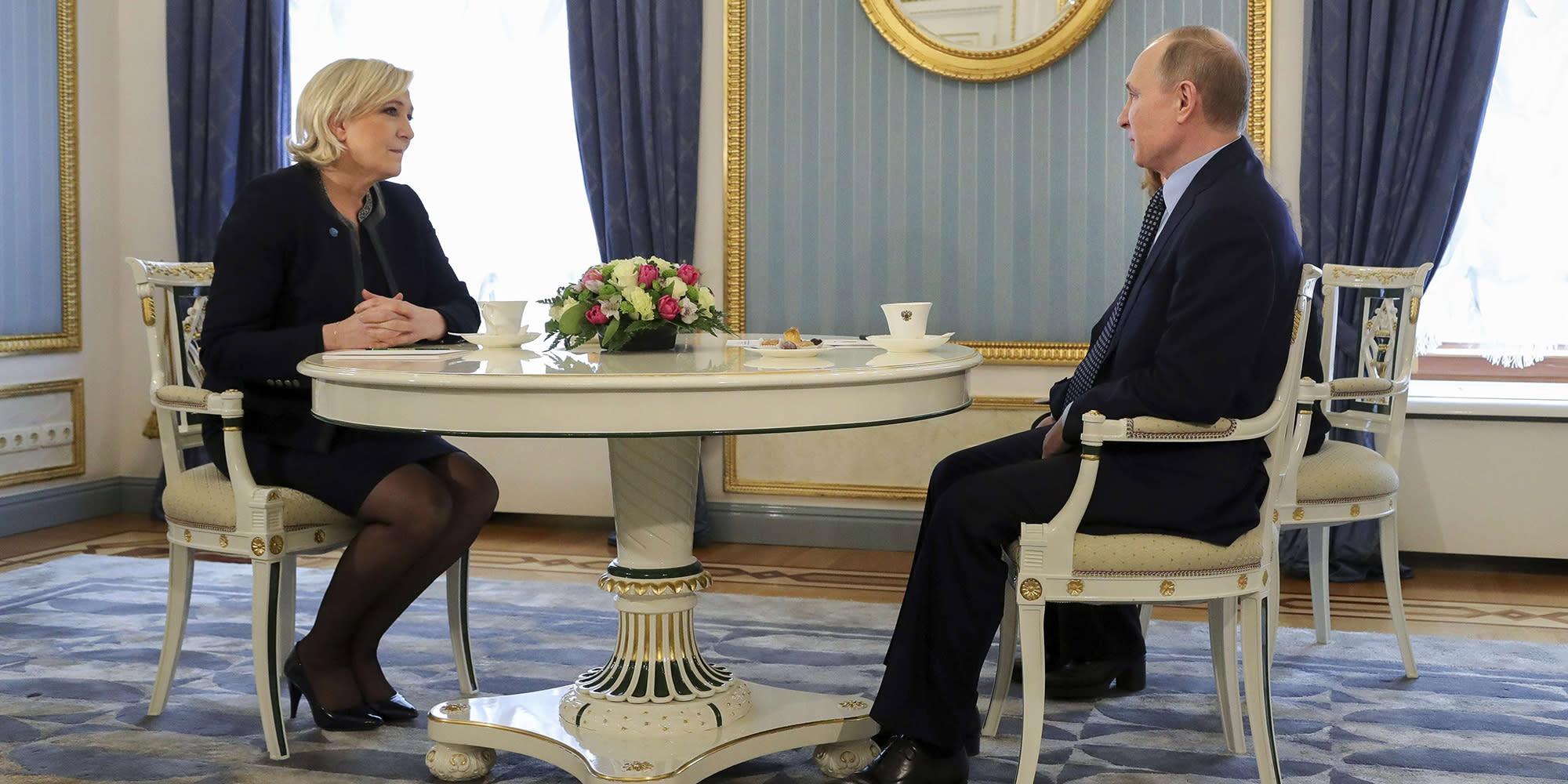 """Le Pen, Mélenchon... voici à quoi pourrait ressembler la politique étrangère d'un candidat """"pro-russe"""""""