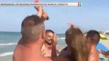 Varios bañistas tiran al mar a una reportera de Murcia Conecta ¡¡en pleno directo!!