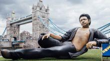 Nackte Brust & Schlafzimmerblick: Riesige Jeff-Goldblum-Statue in London
