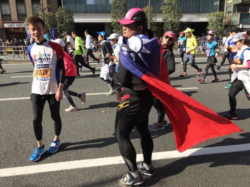 東京馬拉松台灣跑者披國旗參賽 (圖).
