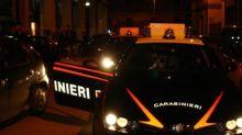 Minorenni armati di coltello investono carabinieri: denunciati