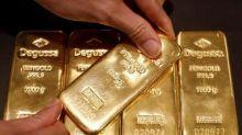 Oro cae por apreciación del dólar y repunte de acciones
