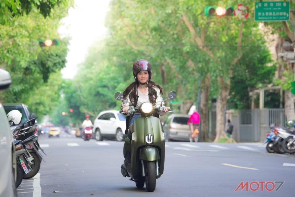 騎著NEW MANY 110漫步在台北街頭。