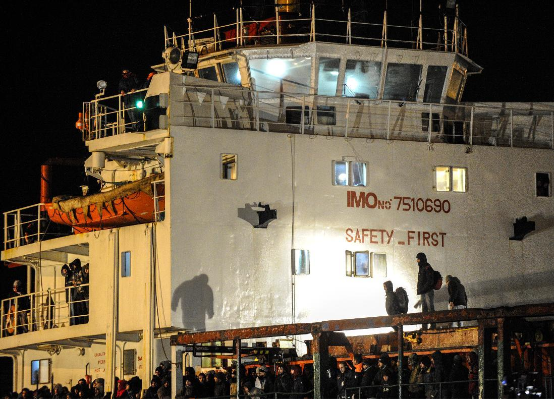 Immigrants wait early on Decembre 31, 2014 aboard the Moldovan-flagged ship Blue Sky M. in the port of Gallipoli, in southeastern of Italy (AFP Photo/Nunzio Giove)