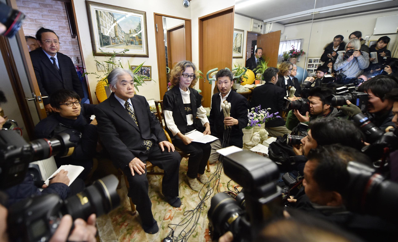 Junko Ishido (C) mother of Kenji Goto, speaks to reporters while her husband Yukio Ishido (L) stands beside her at their home in Tokyo on February 1, 2015 (AFP Photo/Kazuhiro Nogi)