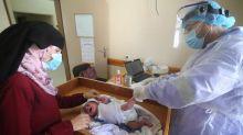 FOTO: Vaksinasi Bayi Palestina di Tengah Pemberlakuan Lockdown