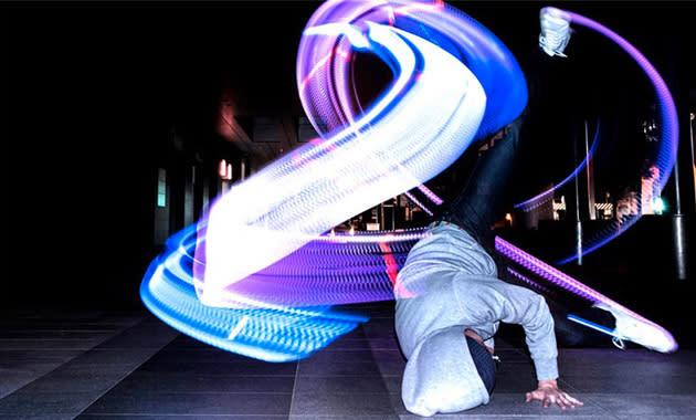 Lightpainting-Turnschuhe produzieren bewegungssynchrone Lichtorgel