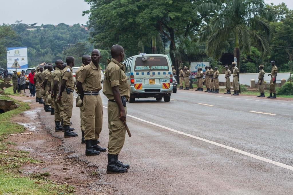 Ugandan police line the streets of Entebbe ahead of the arrival of Pope Francis, on November 27, 2015 (AFP Photo/Isaac Kasamani)