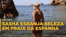 Sasha Meneghel curte praia e esbanja beleza na Espanha