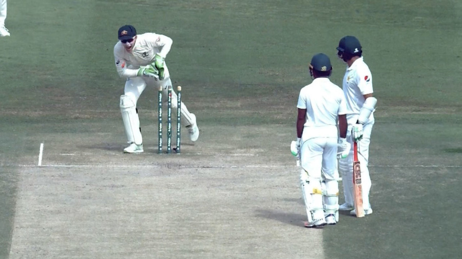 Pakistan batsman run out while having a chat