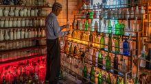 FOTOS | Este hombre lleva 15 años limpiando las playas de botellas de cristal y ha abierto un museo con ellas