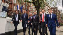 Homens na Holanda andam de mãos dadas nas ruas em apoio a casal gay