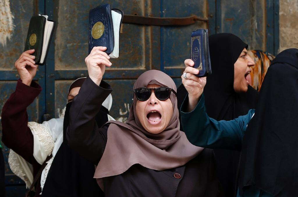 Palestinian women who call themselves the Murabitat shout slogans and hold copies of the Koran, during a rally outside the Al-Aqsa mosque complex in Jerusalem's Old City on September 10, 2015 (AFP Photo/Ahmad Gharabli)